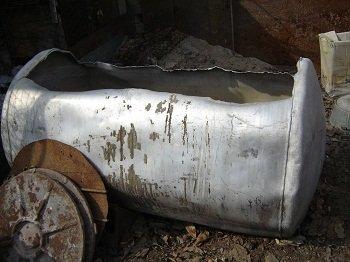 Алюминиевую емкость. размер: 1,45м х 0,8м, диаметр 0,9м. в Бишкек