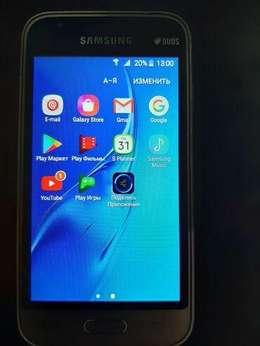 Telefon J 1 ishleyir ekraninda cat var