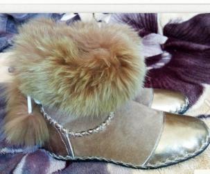 Женская обувь в Кемин: Тапочки-сапожки ручной работы. Снаружи кожа,внутри мех. Подошва из