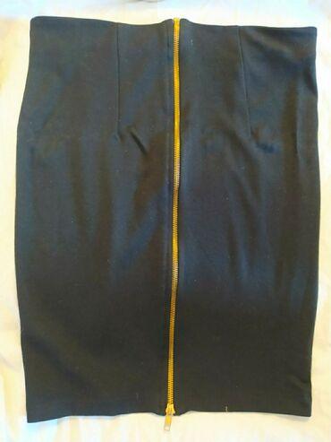 Προσωπικά αντικείμενα - Αθήνα: Μαύρη ελαστική φούστα πάνω από το γόνατο με φερμουάρ στο πίσω μέρος