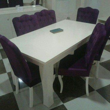 Bakı şəhərində Masa ve oturacaqlar.