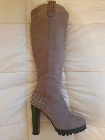 Duboke cizme od prevrnute koze. Broj 37.Visina stikle 11 cm, debljina