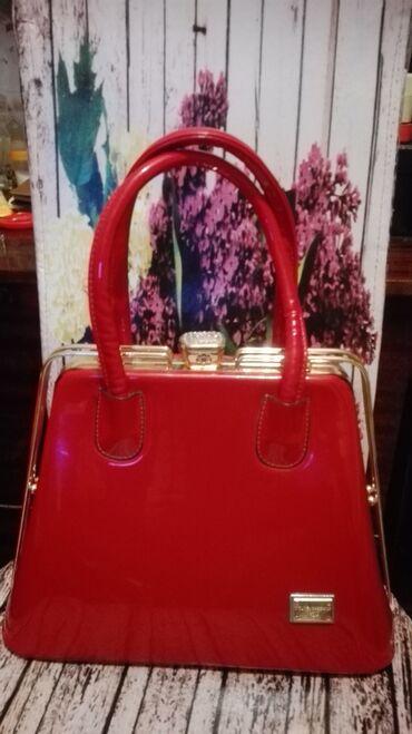 Qadın çantası 40 manata satılır. Firmasi Dolce Cabano