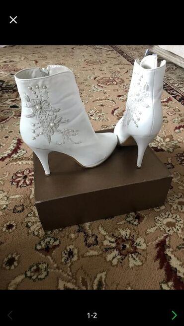 Свадебные аксессуары - Бишкек: Отдам Деми сапожку б/у за 800сом.одевала на свою свадьбу.Звоните по