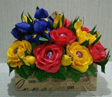 Букет в конверте из роз и ирисов с конфетами Трюфель оригинальныи́ АВК