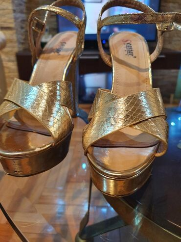Prodajem zlatne lakovane sandale