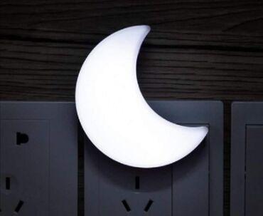 U ponudi je mini lampa u obliku polu meseca bele i zute bojeOdlican