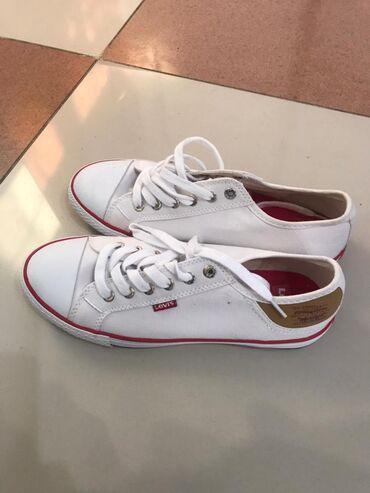 купить женскую обувь недорого в Кыргызстан: Сникерсы/ кеды женские размер 39, белые фирма levi's, из сша