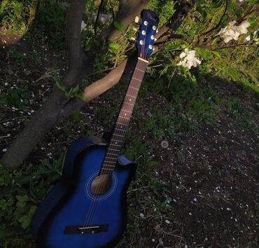 2935 объявлений: Акустическая гитара, почти новая. Струны родные, не порванные, гитара