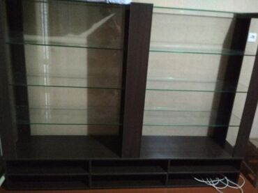 Оборудование для бизнеса в Бишкек: Продаю витрину с освещением. Длина 3 метра высота 1 60