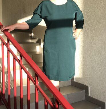 Отличное платье изумрудного цвета с набивным жемчугом на плечах, средн