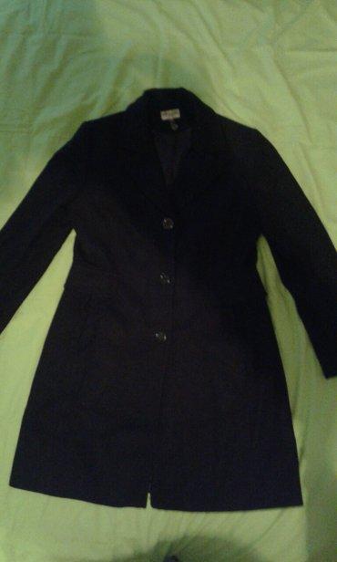 Zenski kaput, crne boje, duzina je iznad kolena duzina od ramena 93 - Smederevo