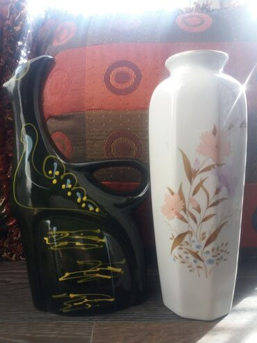 Две вазочки.Одна глинянная,другая фарфоровая.СССР