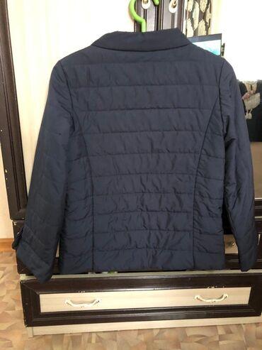 Продаю куртку черную б/у. 42 размер. В отличном состоянии! Красное