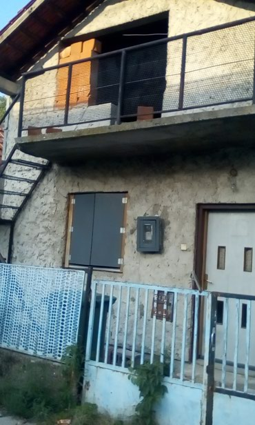Kuća u Zemunu 57m2 prizemlje plus 57m2 potkrovlje,podrum i terasa. - Beograd