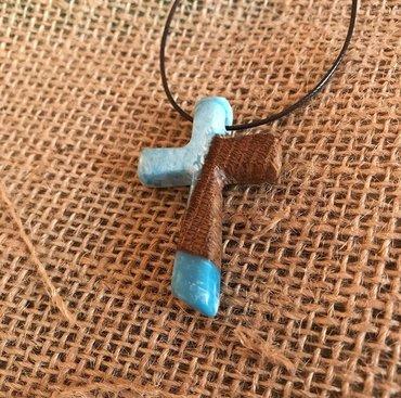 Religijski nakit - Srbija: Krstic od drveta hrasta i epoxy smolePoliesterski voskirani