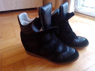 Personalni proizvodi | Nova Pazova: Crne, kozne duboke patike sa skrivenom platformom, bez ostecenja. 39