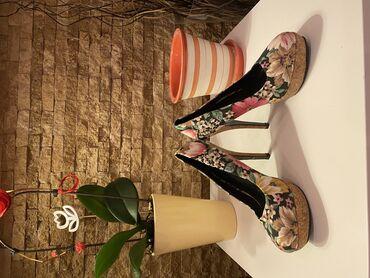 Ženska obuća   Beograd: TOTALNA RASPRODAJA!!!!  Prelepe nove cipele na visoku stiklu sa cvetn