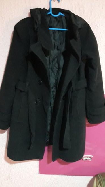 Prelep kaput sa kapuljacom koja se skida. XXL veličine