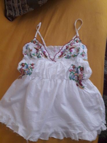 Veoma lepa i kvalitetna bluza sa cvetnim vezom, velicina izmedju L i - Pozarevac