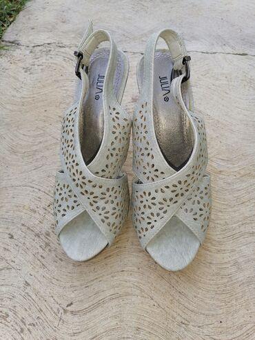 Prodajem ženske sandale, nisu puno nošenje. Udobne, štikla je 10cm i