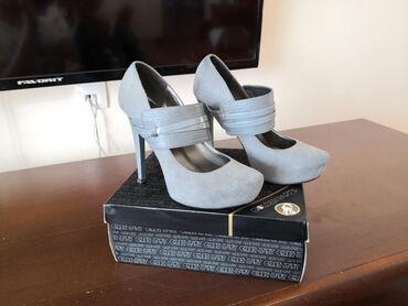 Ženska obuća | Cacak: Golden Party cipele od rumunske kreatorke, na njima piše broj 35, a