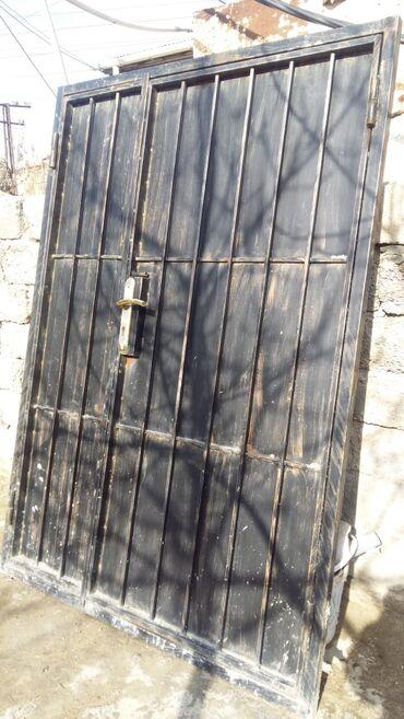 Çox mohkəm dəmir qapıdır eni 1.40 sm, hündürlüyü 2 metr.Üstündə yeni