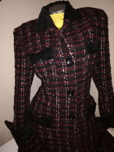 Savršen kaput od bukleaOko vrata plišNa đepovima plišOko rukava pliš38