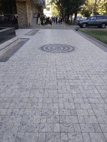 Брусчатка, тротуарная плитка под белый мрамор, камень, дерево. В