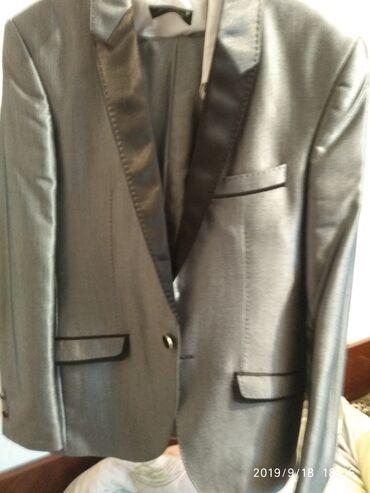Продаю шикарный костюм размер 46 цена 1000