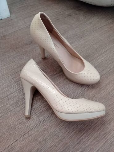 Лакированые туфли на среднем каблуке. Цвет бежевый, с узорами по