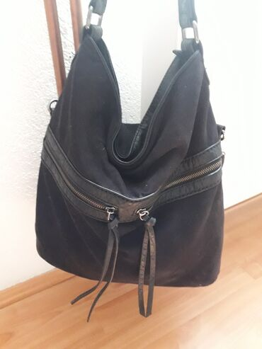 Kozna torba - Srbija: Crna ocuvana torba od prevrnute koze. Ima vise pregrada i dzepova