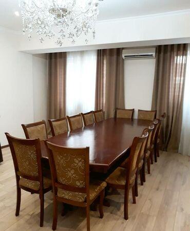 стол и стулья для гостиной в Кыргызстан: Продаю стол. Длина 3.5 метра Ширина 1.2 метраМатериал карагачСостояние