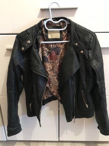 Crna jakna,velicina M,ima malo ostecenje na kragni ali nije vidljivo