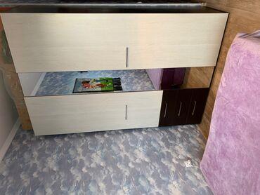 Вместительный, но очень компактный шкаф.внутри высокая антресоль