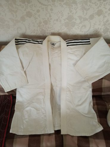 judo - Azərbaycan: Kimano. Judo üçün. boyuk adam ucundu. iki denedi. biri nazikdi. ikisi