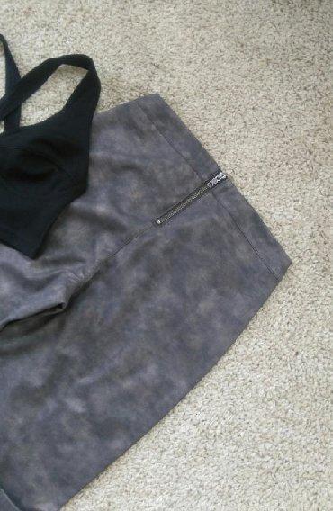 Ženska odeća   Sremska Kamenica: Brendirane VILA pantalone sivkaste mat boje, opticki kožne. Uske