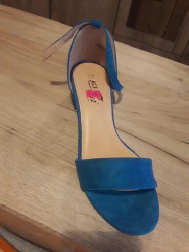 Na prodaju potpuno nove sandale. Broj 39. Cena je 1190 dinara