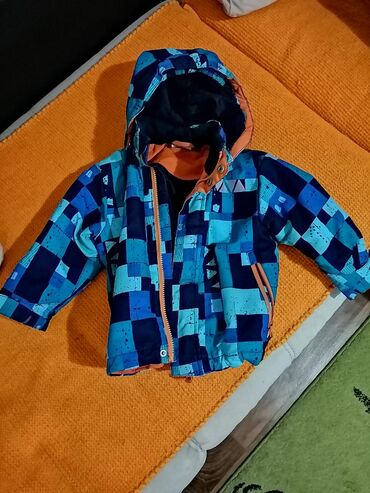 Na prodaju lagana, vodootporna Lindex jakna. Velicina 92. Veci je