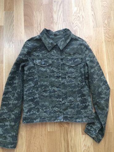 Ženska odeća - Beograd: Zenska teksas jakna sa military printom  Jednom nošena