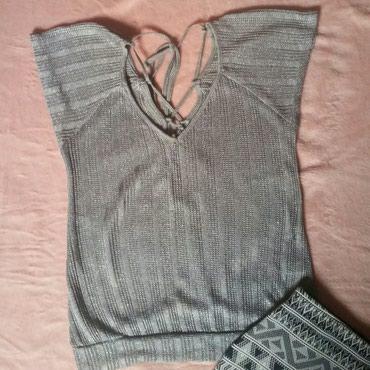 Elegantna srebrna bluza, V izrez, dekoltirana. Na ledjima se vezuje i - Ruma