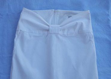 Suknja-happening - Srbija: Bela suknja br. 34, do kolena, marke Happening. Napred ima masnu u