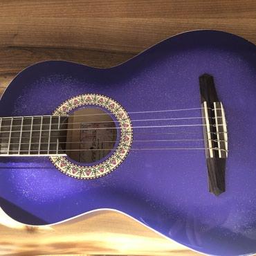 Ξύλινη κιθάρα μώβ με στρας . Με χαλασμένη 1 χορδή για αυτό σε τέτοια χ