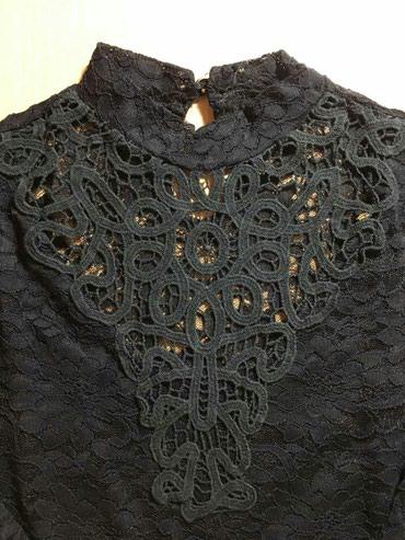 Čipkana ženska bluza intezivno crne boje, lepo očuvana. Prednji deo - Palic