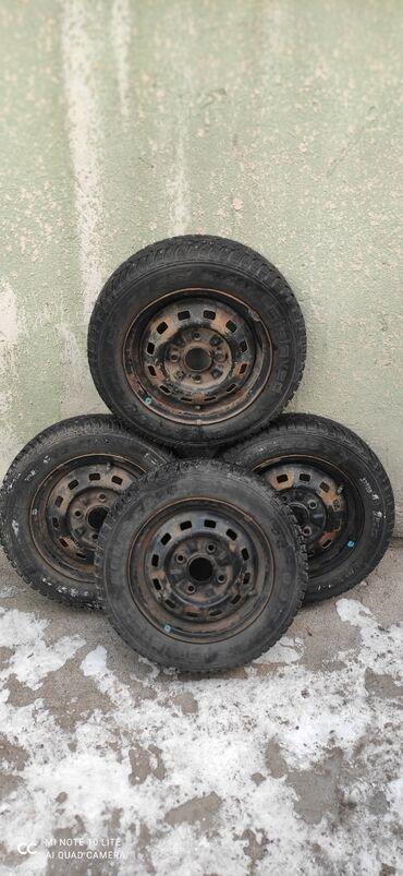 шины r13 в Кыргызстан: Продаю зимние шины с дисками для Матиз R13. Сост. Отличное качество