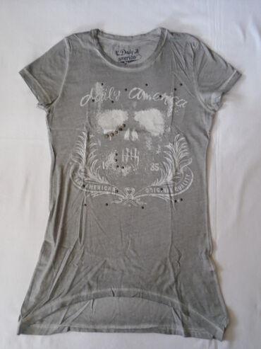 Moderna, siva majica od 100% pamuka sa fabrički izbledelim šavovima i