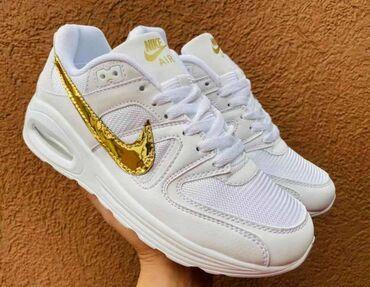 Nike Air Max, u crnoj i beloj boji sa zlatnim znakom, znak je siven