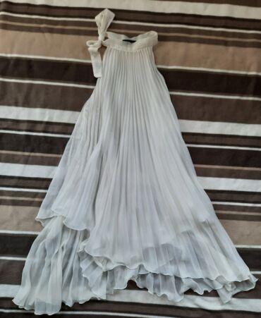 Plisirana bela duga haljina. Vel S. Raskosnog izgleda