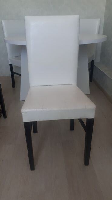 Продается кухонный стол со стульями. Стол круглой формы,очень массивны