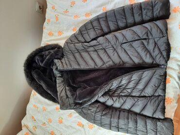 Crna jakna za jesen/zimu, poliester, na njoj pise L. Duzina 62 cm, ram